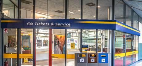 NS'ers willen loket op station Zwolle behouden, nu NS dreigt met sluiting: 'Reiziger in de kou gezet'