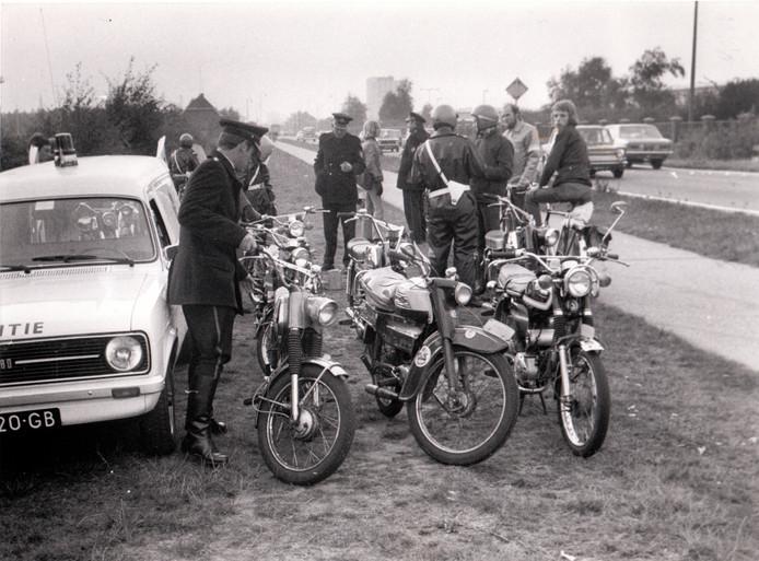 Te hard rijden op een bromfiets is van alle tijden. Deze controle, op de Geldropseweg ter hoogte van DAF, vond ergens in de tweede helft van de jaren zeventig plaats. De politie nam verschillende Zundapps, Yamaha's en andere buikschuivers in beslag.