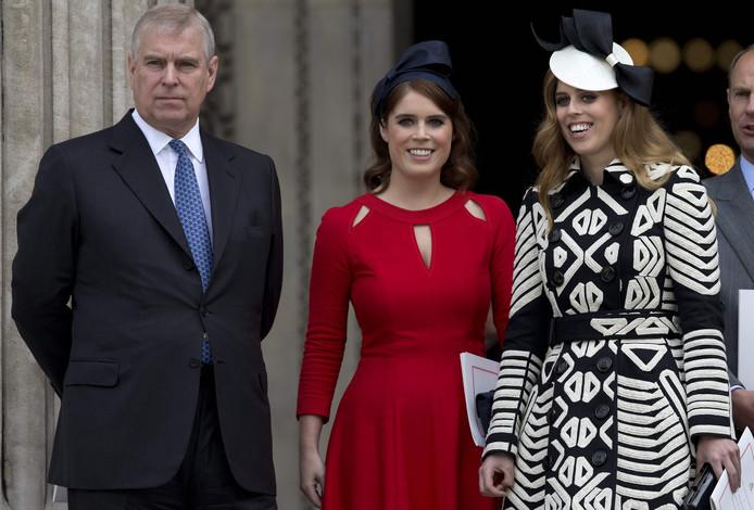 Le prince Andrew avec ses deux filles, les princesses Eugenie et Beatrice, lors de l'anniversaire de la Reine, le 20 novembre 2019.