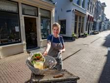 LalaLoes geeft haar passie niet zo maar op en fietst op bestelling met croissants en taartjes door Kampen