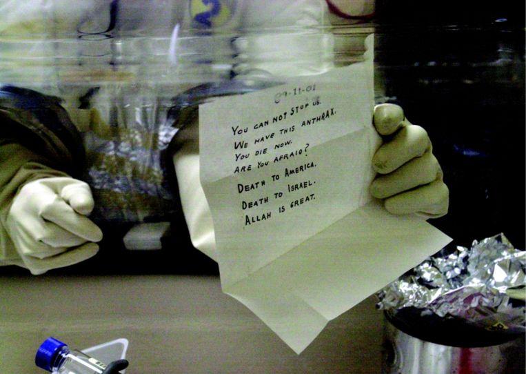 Kort na 9/11 kwam er in het Witte Huis een envelop toe met antraxpoeder. President Bush was zo van zijn melk dat ons budget de hoogte inschoot. Beeld