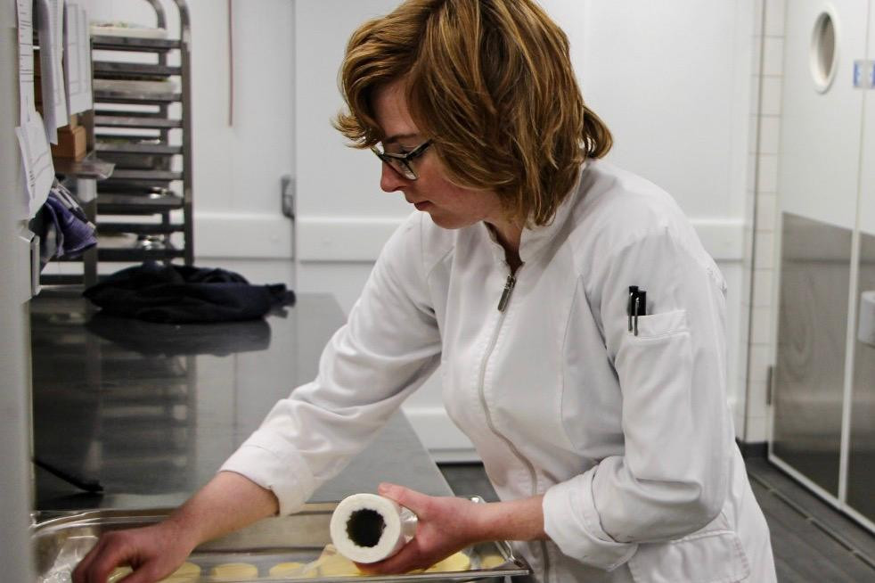 Nienke aan het werk. Zij wordt begeleid door een jobcoach van Werkpad. Deze organisatie brengt werkgevers in contact met talentvolle werkzoekenden met een arbeidsbeperking, zoals doven en blinden.