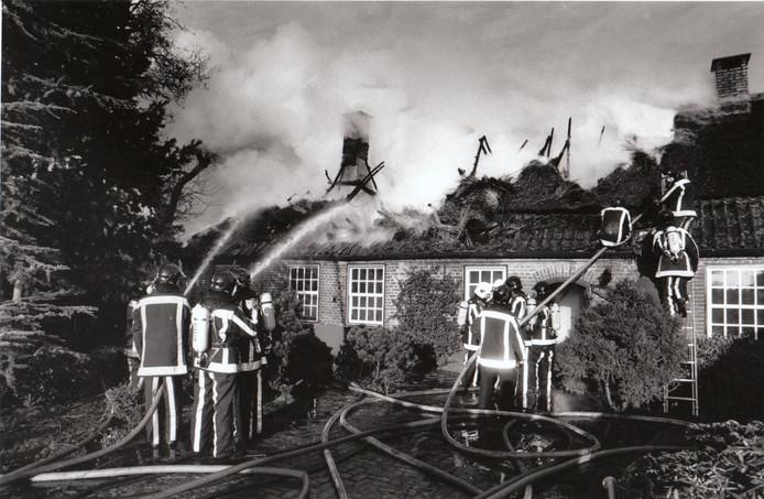 Hoe lang was het ook alweer geleden dat de monumentale boerderij De Keulse Kar op Voordeldonk in Asten in de hens was gegaan? Daar zal brandweercommandant Leo van der Aa ongetwijfeld aan hebben teruggedacht toen op 5 januari 1995 het rieten dak van een verbouwde woonboerderij aan het nabijgelegen Rinkveld vlam vatte. Hoewel ook dit keer het dak er helemaal aan ging, kon het pand worden gered. Oorzaak: waarschijnlijk een brandende kaars. De 80-jarige bewoonster was niet thuis.