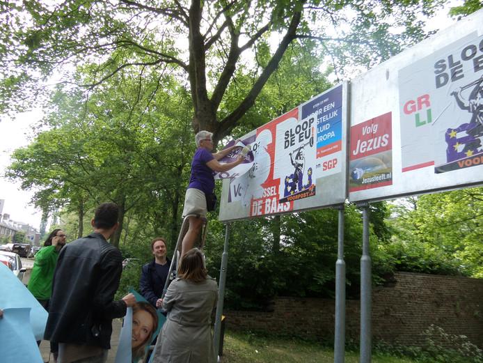 Wageningse politieke partijen plakken hun affiches terug op de verkiezingsborden die waren overplakt door Voorpost.