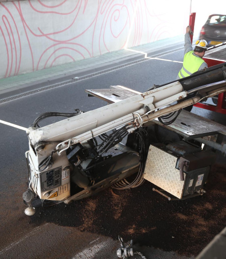 Vrachtwagen verliest kraan na botsing met viaduct in Roosendaal