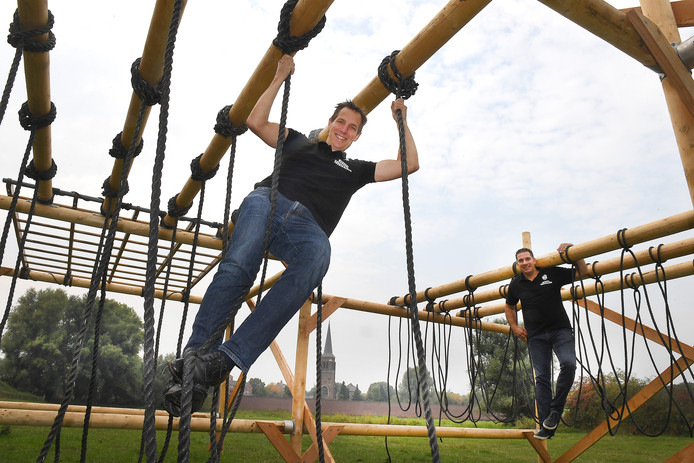 Paul Terpstra (links) en Johan Jilisen organiseren de  Survivalrun in Gennep.