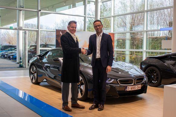 Peter Van Osta uit Brasschaat neemt de sleutels van 'zijn' BMW i8 Coupé in ontvangst.