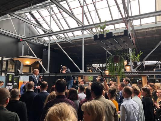 Frits van Eerd opent met en druk op de knop Jumbo Food College onder toeziend oog van La Place medewerkers.