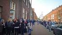 Grote drukte bij het Turkse culturele centrum in Den Haag waar gerouwd werd om de vier omgekomen jonge mannen.