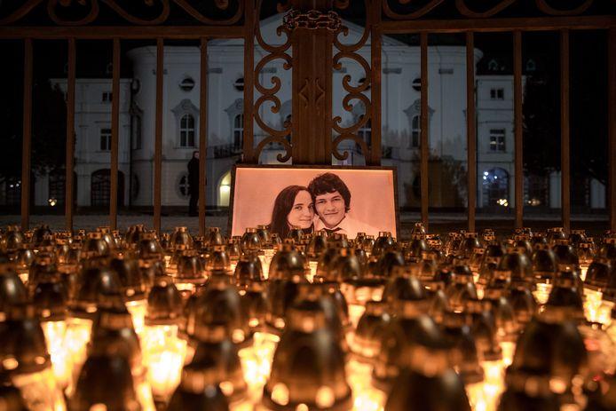 Kaarsen voor Kuciak en zijn verloofde voor een regeringsgebouw in Bratislava.