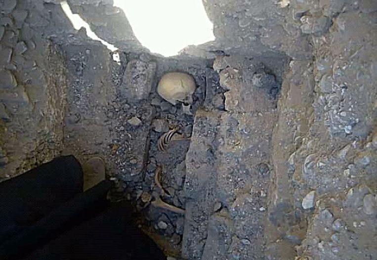 Het meisje was vermoedelijk 13 jaar oud en lag in foetushouding in de graftombe in Meidoem.