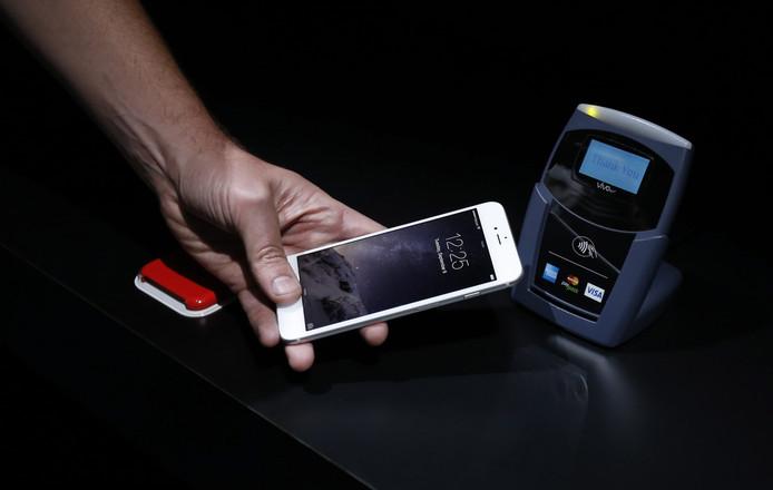 Klanten van ING kunnen vanaf dinsdag betalen met hun iPhone of Apple Watch in bussen en treinen van Keolis. Onder meer Coolblue, Amac, Pathé, BCC, Thuisbezorgd, Wehkamp en de Aldi accepteren ook betalingen via de betaalservice van Apple.