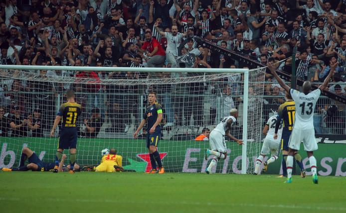 Leipzig-spelers zijn teneergeslagen na de tweede goal van Besiktas.