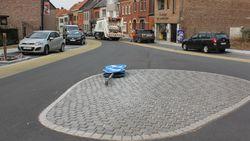 Verkeersbord op 'kleinste rotonde' ligt al omver