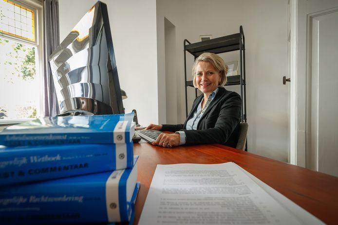 Advocate Gerdi Snippe helpt bedrijven en werknemers hun afspraken over thuiswerk in coronatijden vast te leggen in speciale contracten.