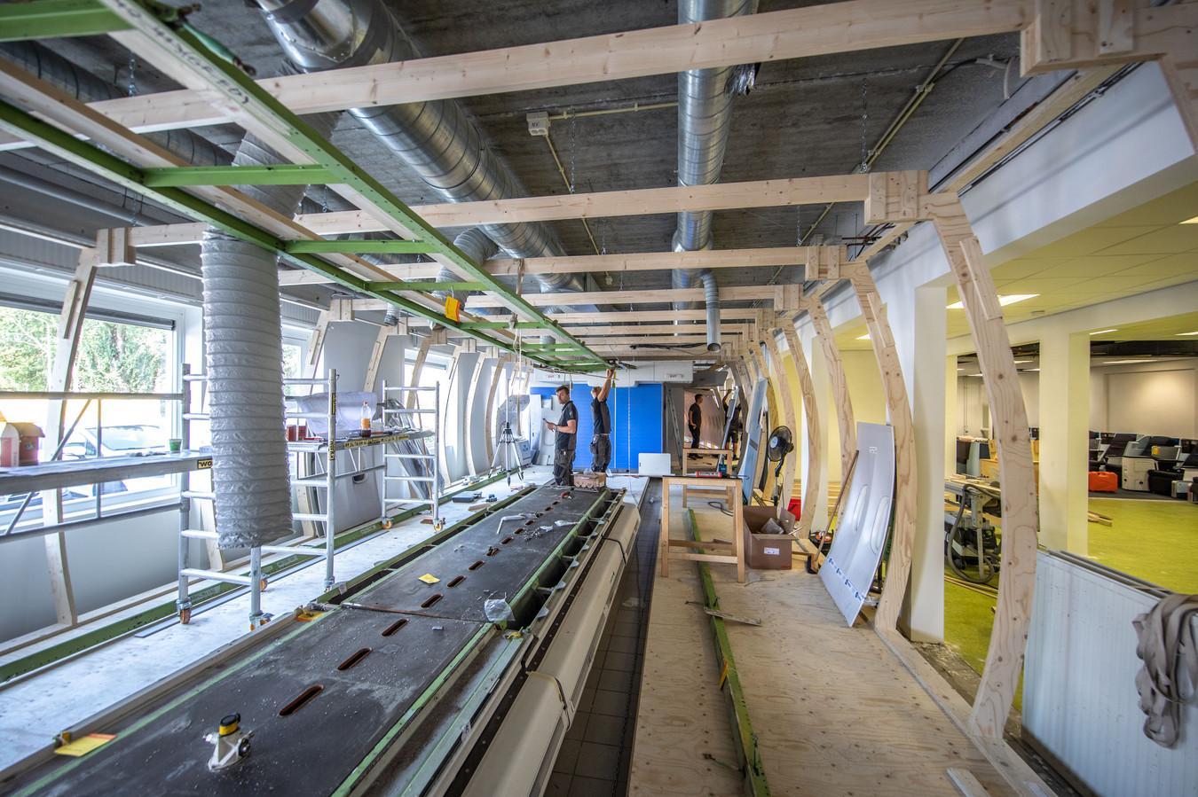 landstede is bezig met het opbouwen van het interieur van een boeing 747 400