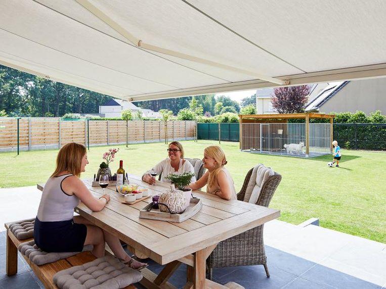 Val jij voor de stevigheid van een terrasoverkapping of voel je meer voor de flexibiliteit van een zonneluifel?