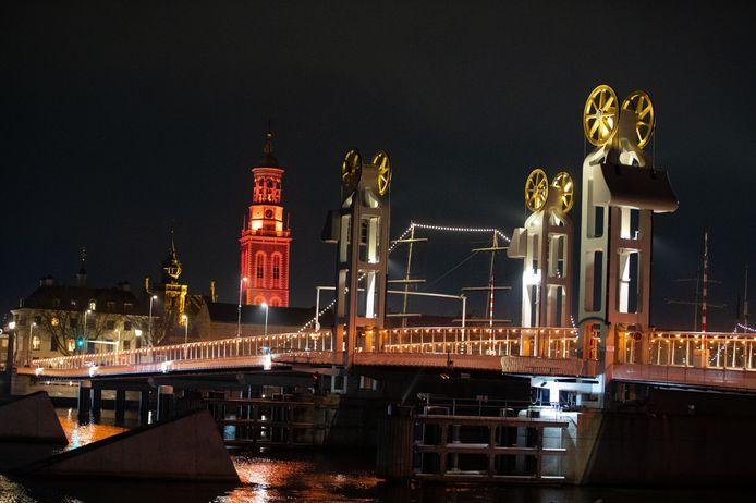 Brug en toren kleuren oranje in het kader van de wereldwijde actie tegen huiselijk geweld.