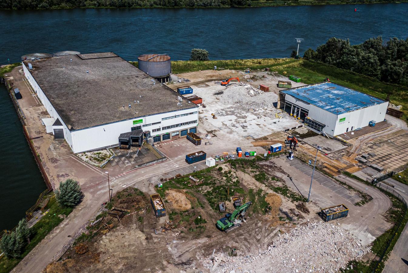 De sloop van de Intertastefabriek in Puttershoek is in volle gang.