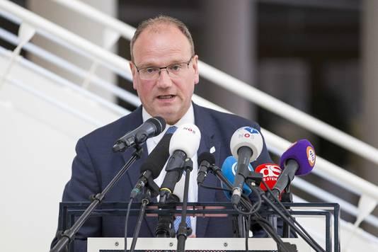 Ton Heerts, burgemeester van Apeldoorn en voorzitter van de veiligheidsregio, tijdens een persconferentie over de situatie bij een slachterij van vleesverwerker Vion, waar de coronarichtlijnen zijn geschonden.
