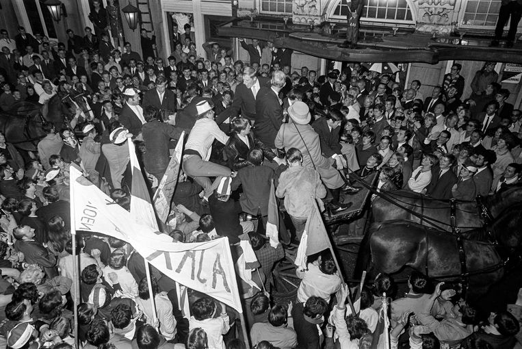 Het kampioensfeest in 1968, toen Ajax per open koets van de Doelenstraat naar hotel Krasnapolsky ging voor een receptie. Beeld ANP