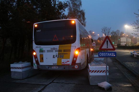 De bus stond vlakbij de stelplaats vast.