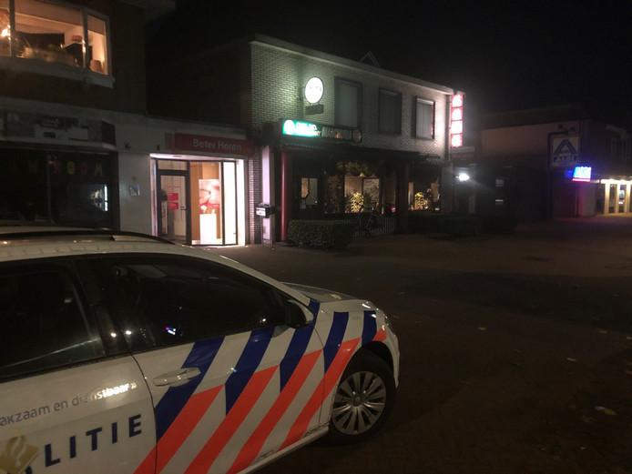 De politie doet onderzoek bij het Chinees-Indisch restaurant in Dedemsvaart.