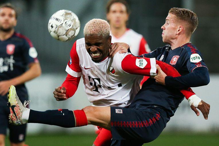 Gyrano Kerk van FC Utrecht in duel met Twentenaar Gijs Smal. Beeld ANP