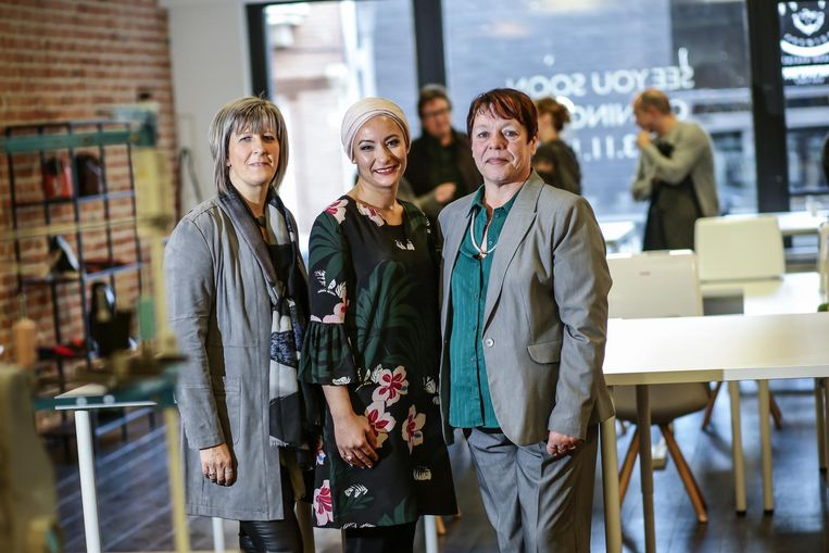 Fatima (centraal, met twee medewerkers) opende het stadsfabriekje 'Naaistime', een combinatie van een naaiatelier en een koffiebar.