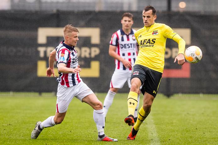 Bartek Urbanski (l) in duel met Mats Seuntjes (r) tijdens Willem II 2 - AZ.
