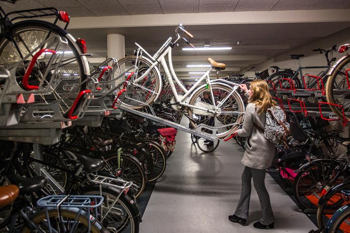 Jelena Bouw parkeert haar fiets bovenin de rekken van de ondergrondse stalling in Deventer. Een hangslot blijkt geen overbodige luxe, want er zijn minstens zeven fietsen gestolen in het afgelopen jaar.