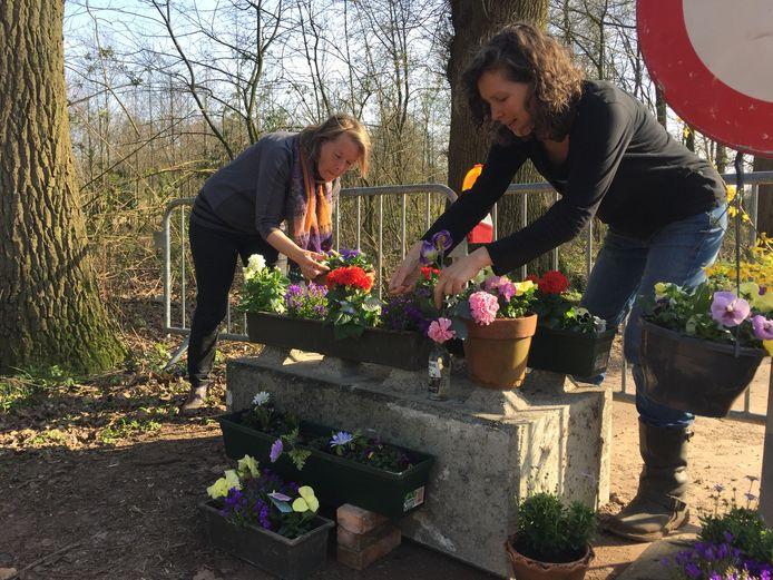 Marianne Pleijsier (links) en Gebi Rodenburg maakten  een bloemenzee van de afzetting.