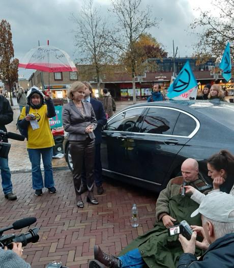 Demonstrant Extinction Rebellion ketent zich vast aan auto Cora van Nieuwenhuizen, minister 'via achterdeur vertrokken'