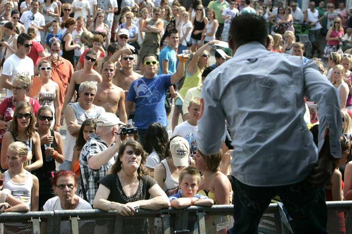 Artiesten vermaken het publiek op de Brouwerij, het plein tegenover de kerk. foto's Ramon Mangold/het fotoburo