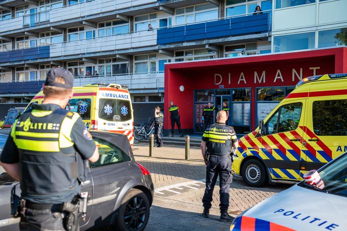 De politie doet uitgebreid onderzoek voor en in de Diamantflat.