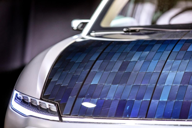 Met zonnepanelen op het dak, de motorkap en achterkant oogt de Lightyear One futuristisch.