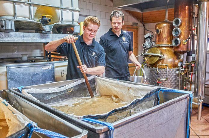 Medewerkers Ivo Kanters en Rob Ulijn aan het brouwen in De Heische Hoeve in Loosbroek. Eigenaar Dennis Hurkmans wil de whiskyproductie verplaatsen naar een nieuwe stokerij met proeflokaal in Nistelrode.