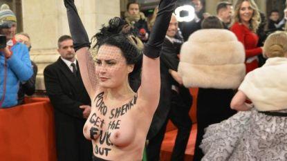 Topless activiste verstoort poepsjiek bal in Wenen