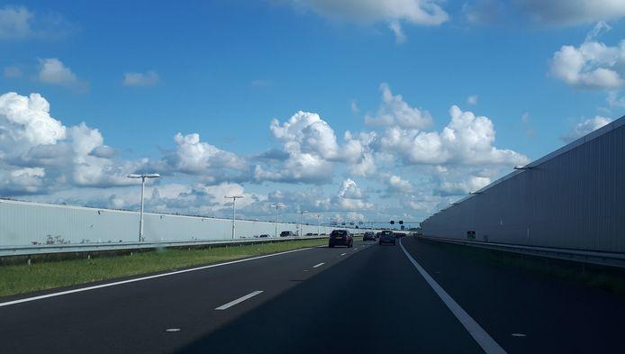 De A4 tussen Delft en Schiedam is nu nog tweebaans. Een extra rijstrook zit in de planning.