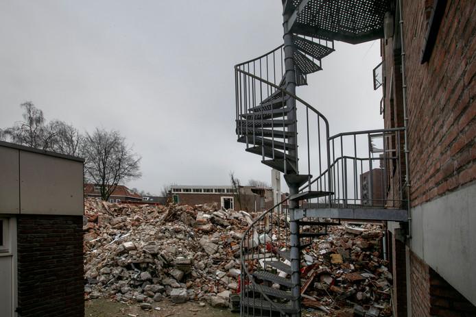 De gevel van het Labrehuis aan de Boutenslaan is nog intact. Daarachter ligt een grote berg puin.
