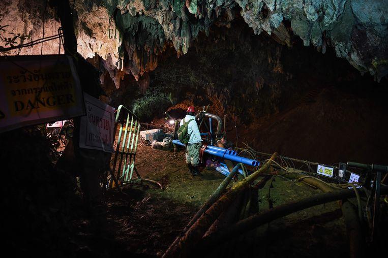Een ingenieur bij de ingang van het grottencomplex.