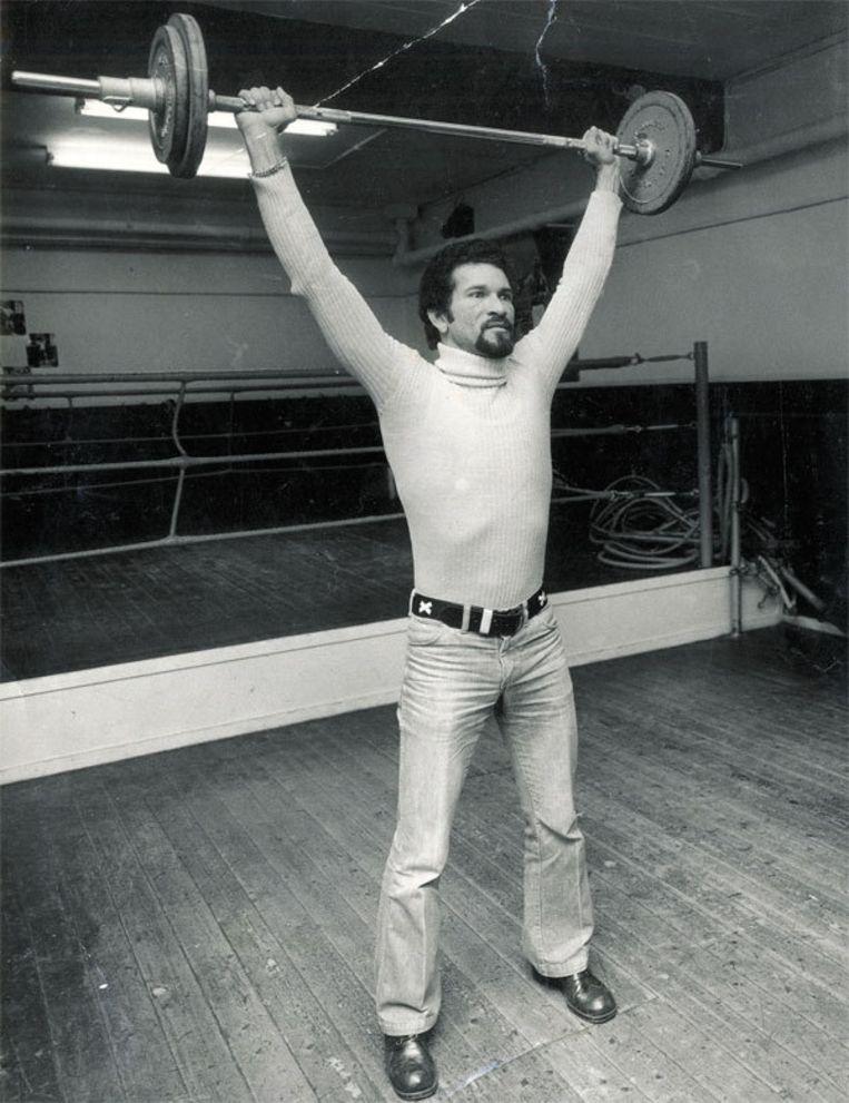 Eric van den Berg, eind jaren zestig, in de boksschool van 'ome' Piet ter Meulen Beeld