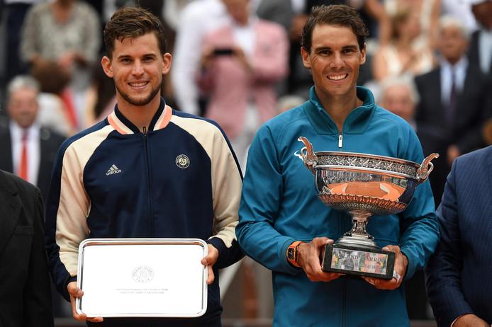 Dominic Thiem (l) en Rafael Nadal na de finale van Roland Garros.