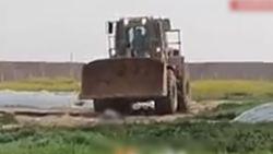 Schokkende beelden tonen hoe Israëlische bulldozer lichaam van dode man van de grond schraapt