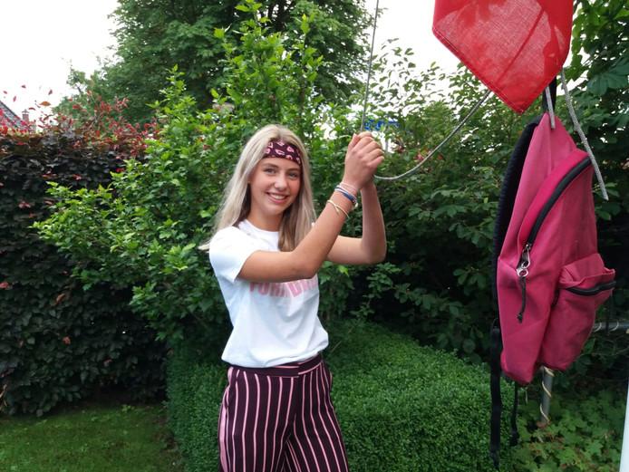 Feest! Luna Franceschina (15) is geslaagd en om dat te vieren mag de vlag met haar schooltas hoog de mast in.