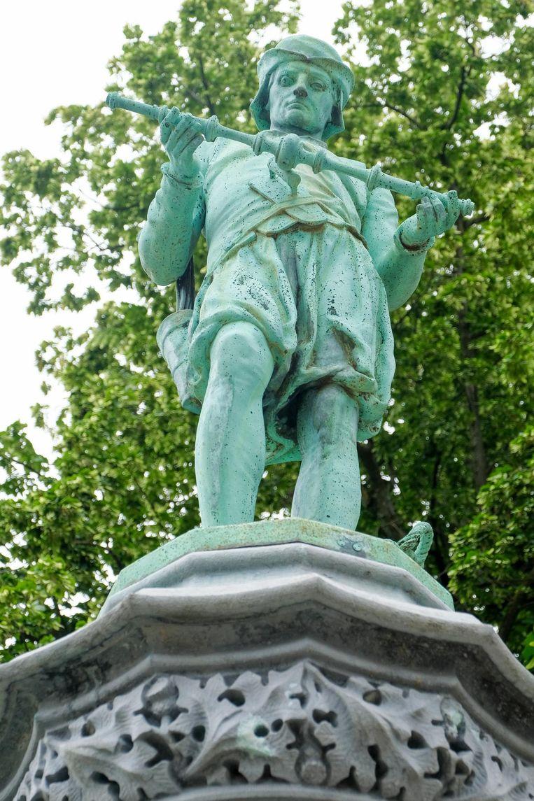 Een van de bronzen beelden.