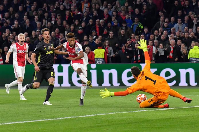 David Neres zet Ajax in de heenwedstrijd tegen Juventus op gelijke hoogte.