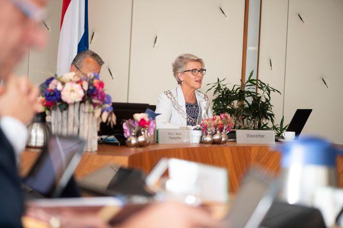 """Burgemeester Doret Tigchelaar in de raadscommissie: """"Het aantal coronabesmettingen in Wierden is zorgelijk, omdat we niet de vinger erop kunnen leggen waar het vandaan komt."""""""