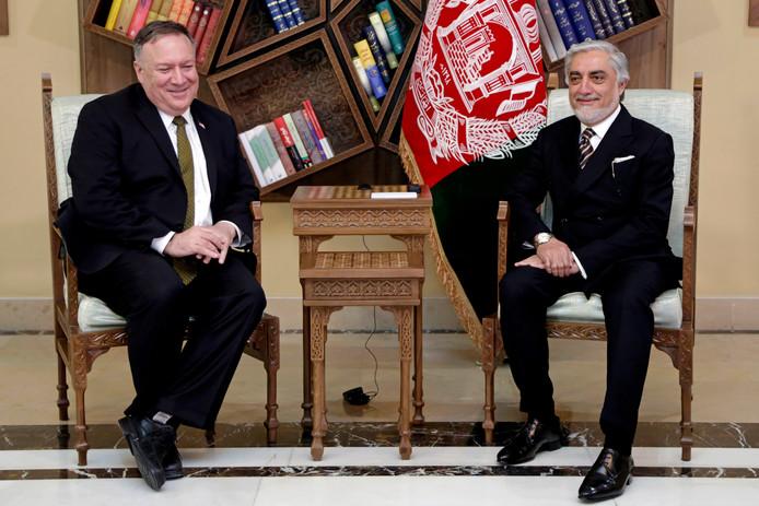 De Amerikaanse minister van Buitenlandse Zaken Mike Pompeo (L) met Abdullah Abdullah, de belangrijkste politieke rivaal  van de Afghaanse president Ashraf Ghani, in het Sepidar-paleis  in Kabul.
