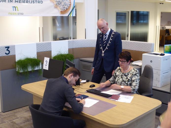 Sander ondertekent de documenten voor de aangifte van geboorte van Evri,